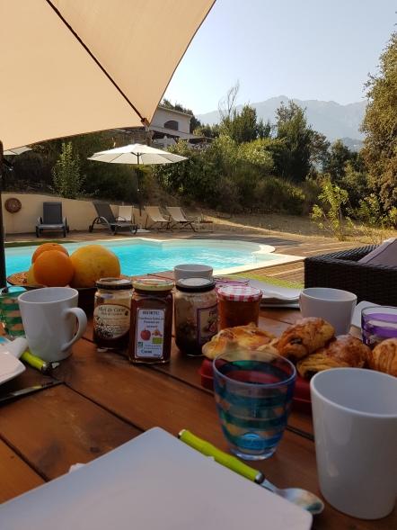 Petit déjeuner piscine