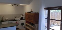 Cuisine équipée (plaque de cuisson 4 feux, four, micro-ondes, lave-vaisselle, réfrigérateur,...)