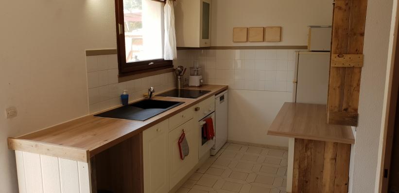 Cuisine équipée (plaque induction, four, micro-ondes, lave-vaisselle, réfrigérateur)